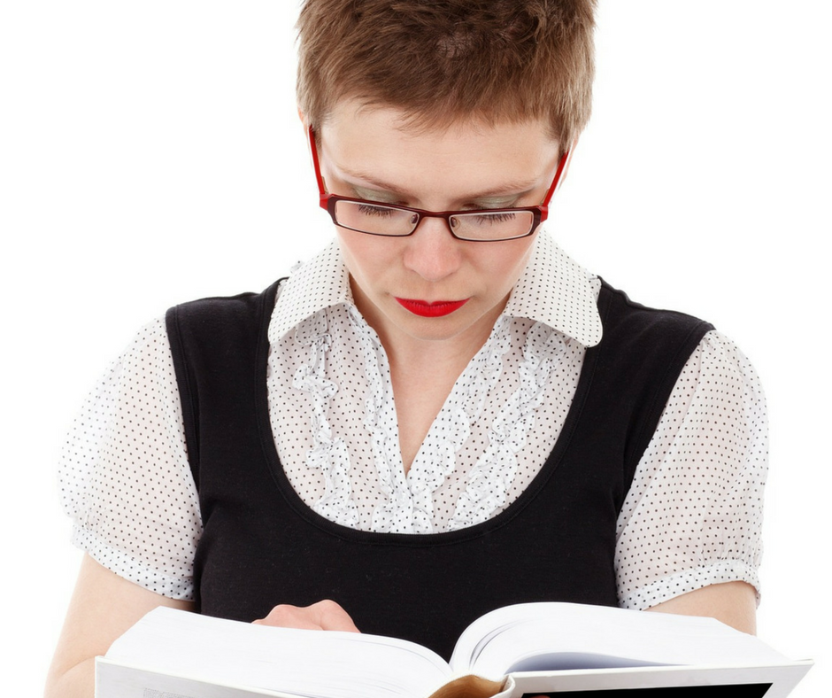 Mulher-de-óculos-lendo-livro