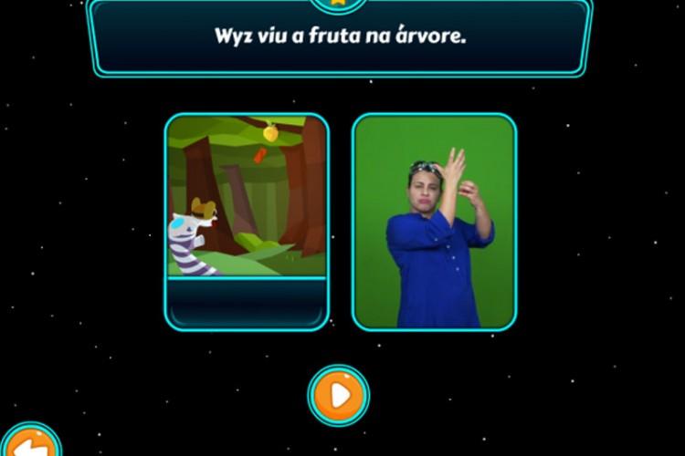 Descrição da imagem: A imagem mostra uma tela do jogo Wyz, na qual aparecem o personagem e uma mulher fazendo tradução para LIBRAS - Língua Brasileira de Sinais.