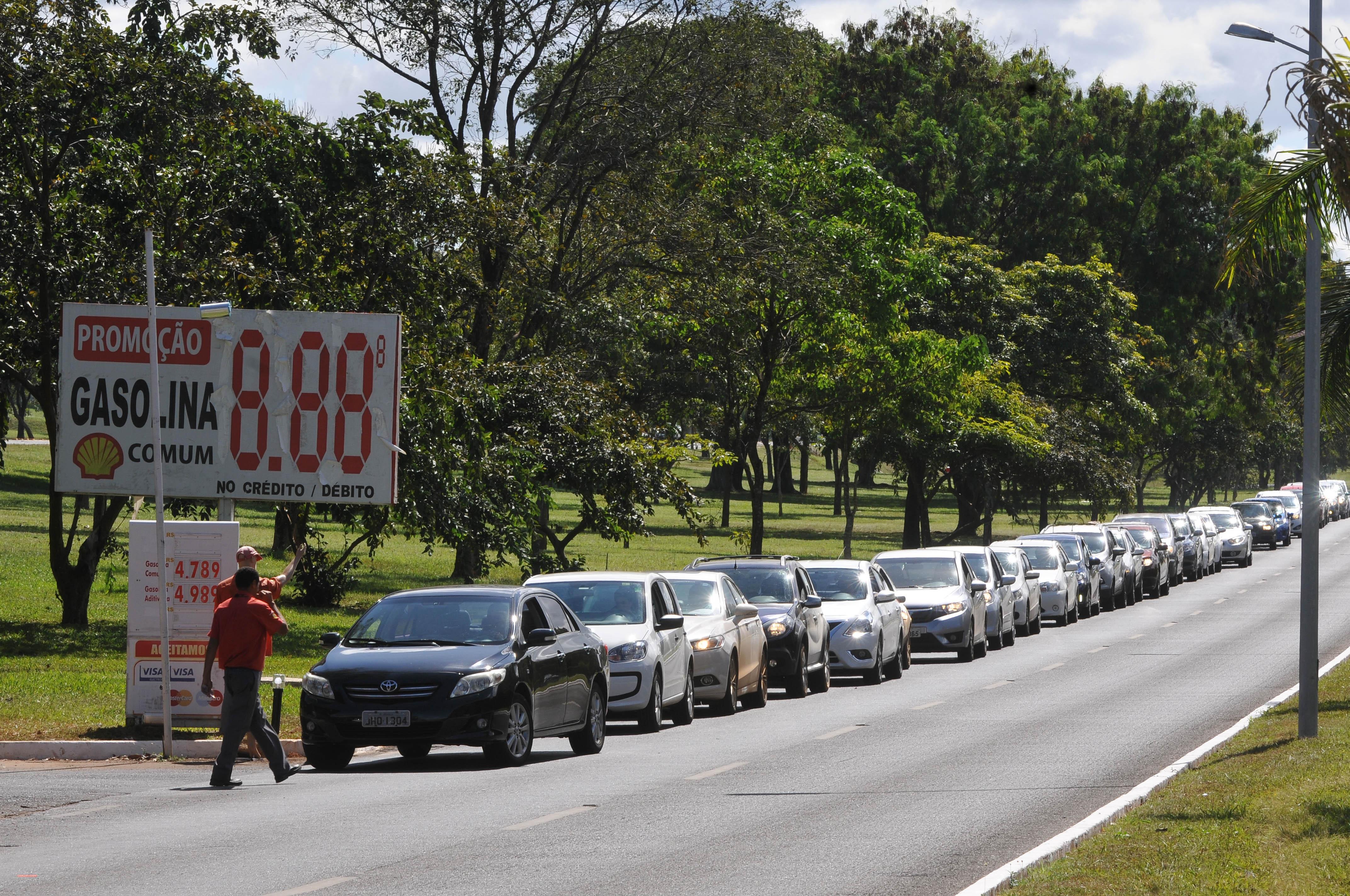 fila de carros esperando para abastecer