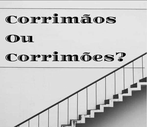 A imagem mostra uma foto em preto e branco de uma escada. Ao lado, está escrito: corrimãos ou corrimões?