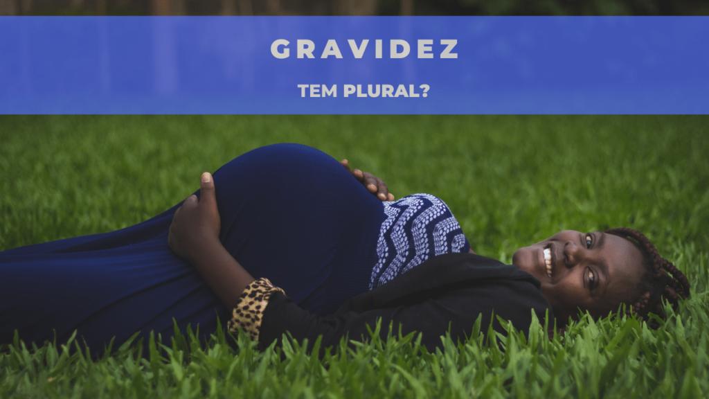 """A imagem mostra uma mulher grávida deita na grama. Em cima, está escrito: """"gravidez tem plural?"""""""