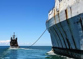 a imagem mostra um navio sendo atoado.