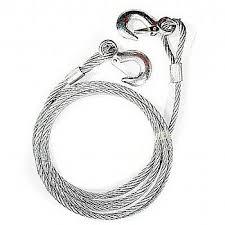 A imagem mostra uma toa, corda de aço usada para rebocar navios.